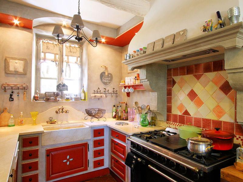 une cuisine rouge proven ale des cuisines rouge passion tendance et modernes journal des femmes. Black Bedroom Furniture Sets. Home Design Ideas