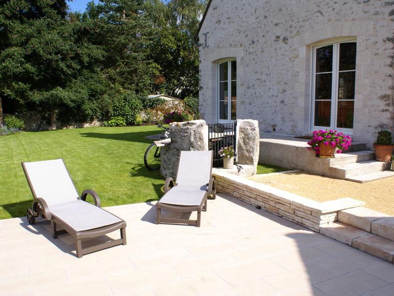 l 39 espace d tente pr s de la piscine un jardin qui sublime une belle demeure journal des. Black Bedroom Furniture Sets. Home Design Ideas