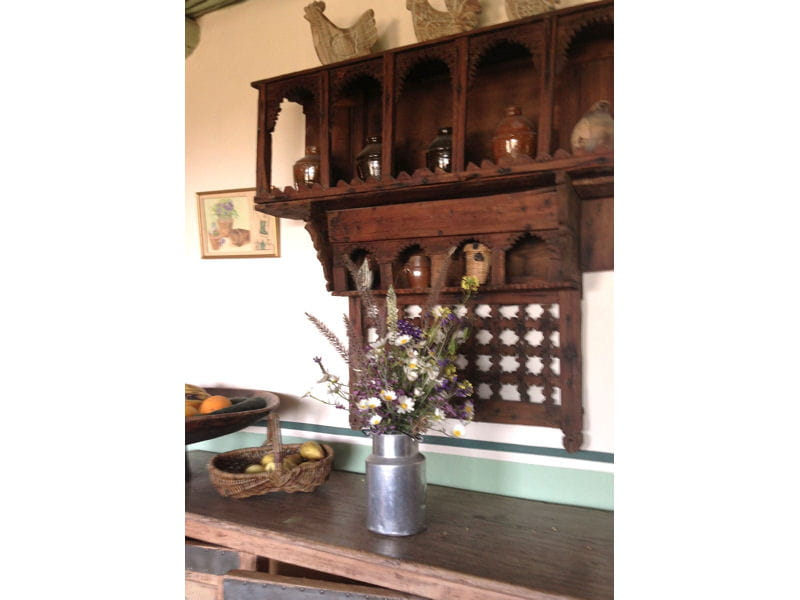 etag re traditionnelle en bois maison entre charme et tradition au maroc journal des femmes. Black Bedroom Furniture Sets. Home Design Ideas