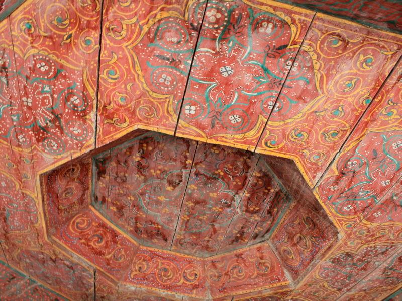 plafond en bois peint maison entre charme et tradition au maroc journal des femmes. Black Bedroom Furniture Sets. Home Design Ideas
