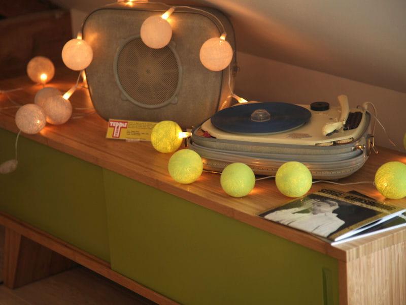 buffet vintage vert une suite parentale scandinave sous les toits journal des femmes. Black Bedroom Furniture Sets. Home Design Ideas