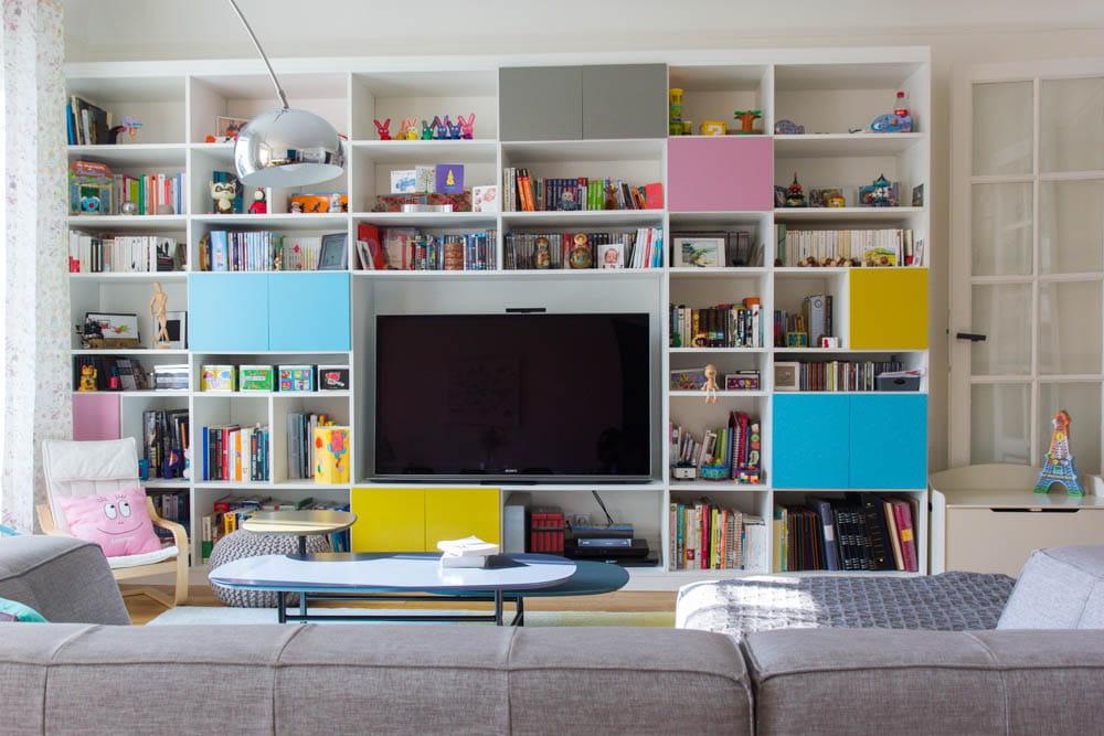 Un meuble t l tr s color un appartement acidul pour for Meuble tele fin