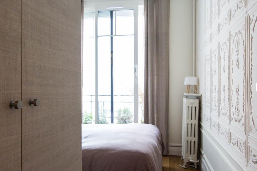 un style classique dans la chambre. Black Bedroom Furniture Sets. Home Design Ideas