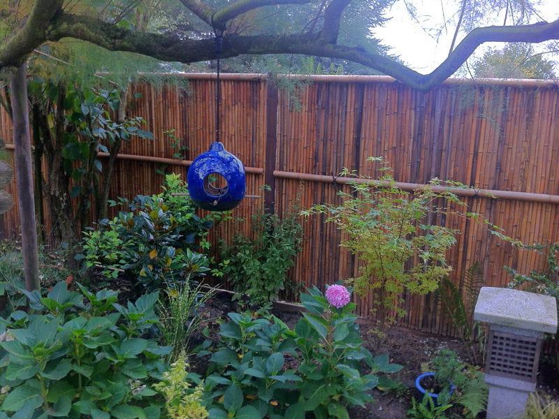nichoir oiseaux bleu visitez le jardin de dominique journal des femmes. Black Bedroom Furniture Sets. Home Design Ideas
