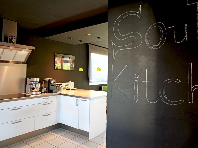 mur ardoise en cuisine une maison cube moderne et audacieuse journal des femmes. Black Bedroom Furniture Sets. Home Design Ideas