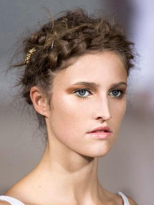 coiffure romantique la tresse couronne des coiffures romantiques journal des femmes. Black Bedroom Furniture Sets. Home Design Ideas