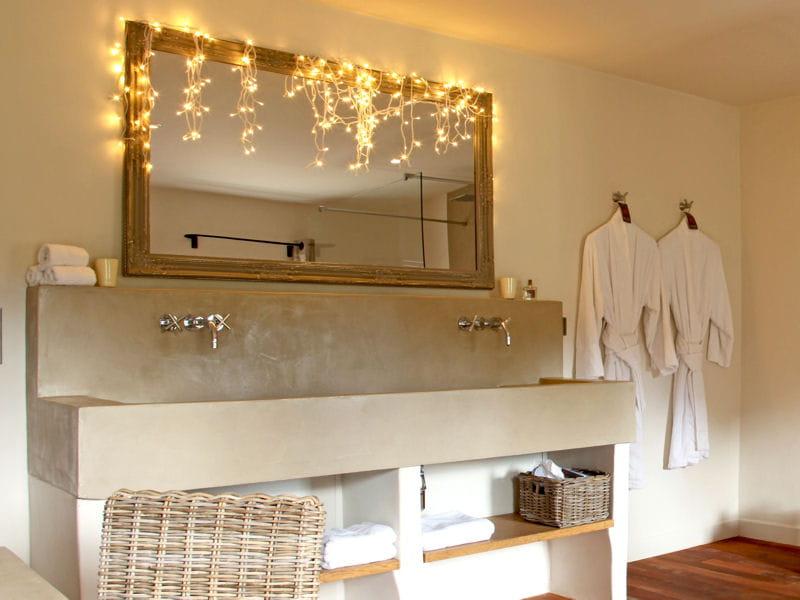 guirlande lumineuse accessoiriser sa salle de bains comme une pro journal des femmes. Black Bedroom Furniture Sets. Home Design Ideas