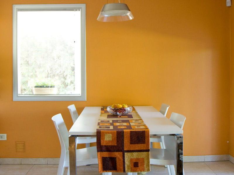 mur jaune orang le jaune en d co comment l 39 associer journal des femmes. Black Bedroom Furniture Sets. Home Design Ideas