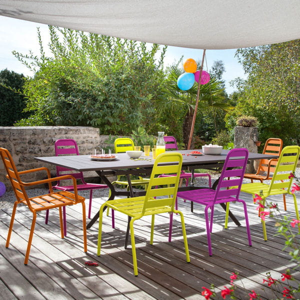 Salon de jardin multicolore d 39 oceo 21 nuances de salons - Table de jardin de couleur ...