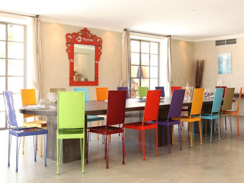 des chaises d pareill es pour faire swinguer la salle manger journal des femmes. Black Bedroom Furniture Sets. Home Design Ideas