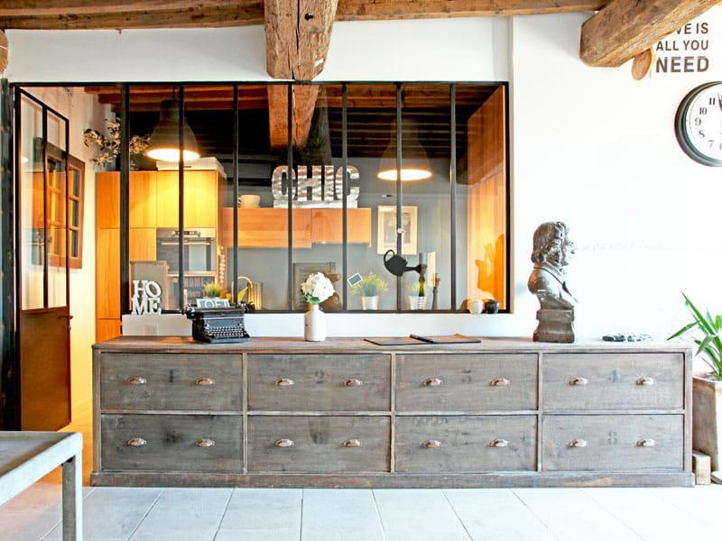 Une cuisine derri re la verri re style urbain chic dans une maison d 39 ar - Verriere dans cuisine ...