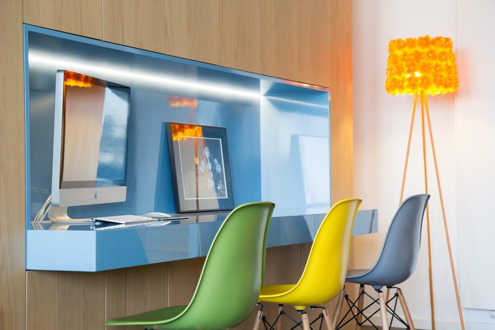 un bureau au design pur. Black Bedroom Furniture Sets. Home Design Ideas