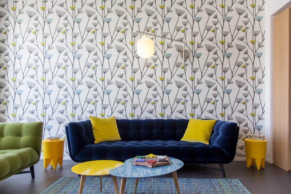 Un salon printanier le plein de couleurs dans un loft for Salon jaune et bleu