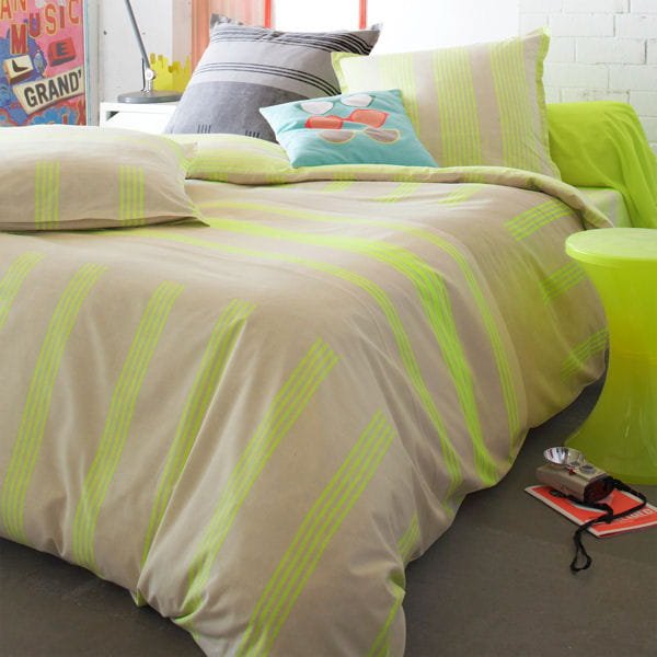 linge de lit rayures jaune fluo 3 suisses le jaune illumine la d co jou. Black Bedroom Furniture Sets. Home Design Ideas