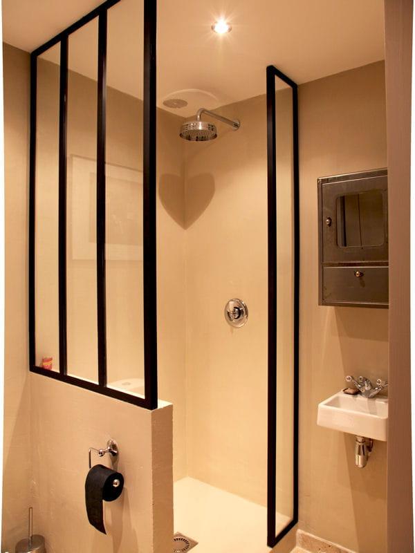verri re une cloison pleine de charme pour la salle de bains marie claire industriel et fen tre. Black Bedroom Furniture Sets. Home Design Ideas