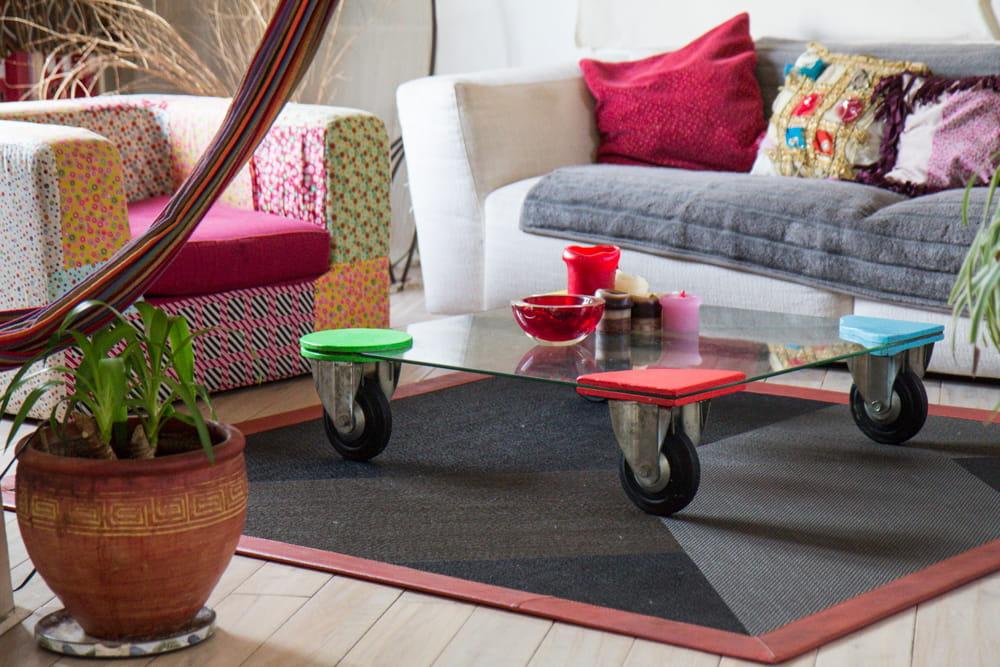 une table basse qui roule le duplex boh me chic d 39 une famille d 39 artistes journal des femmes. Black Bedroom Furniture Sets. Home Design Ideas