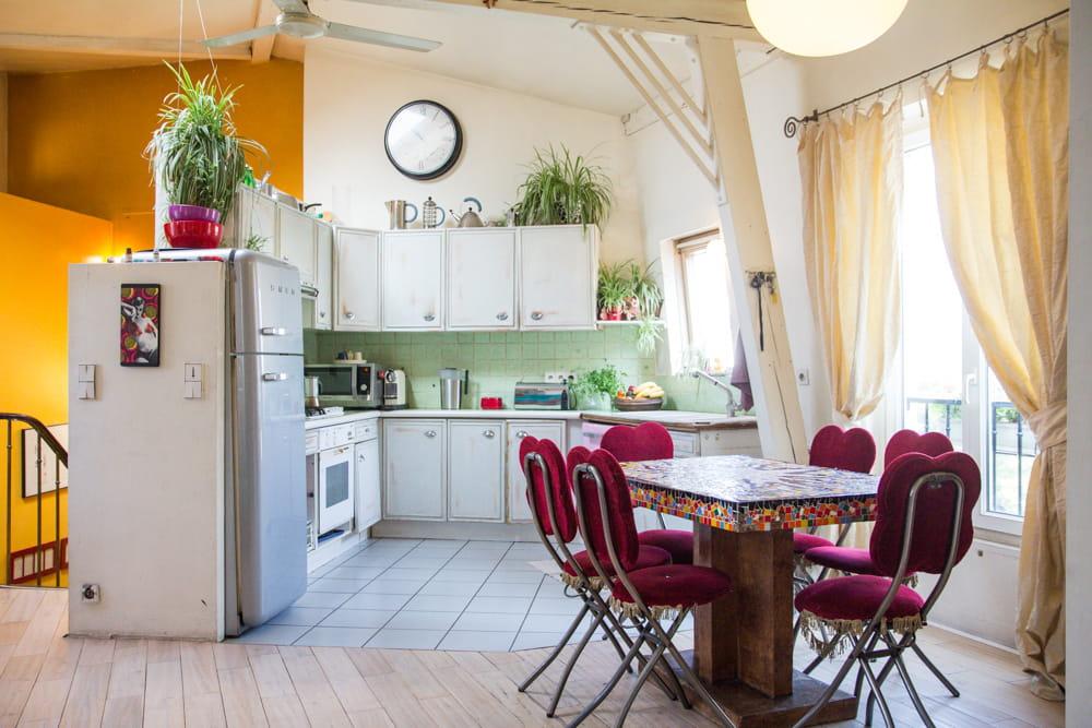 une cuisine salle manger ouverte le duplex boh me chic d 39 une famille d 39 artistes journal. Black Bedroom Furniture Sets. Home Design Ideas