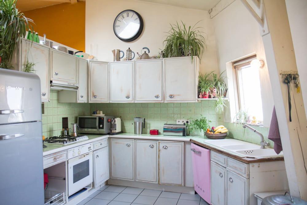 une cuisine vert d 39 eau le duplex boh me chic d 39 une famille d 39 artistes journal des femmes. Black Bedroom Furniture Sets. Home Design Ideas