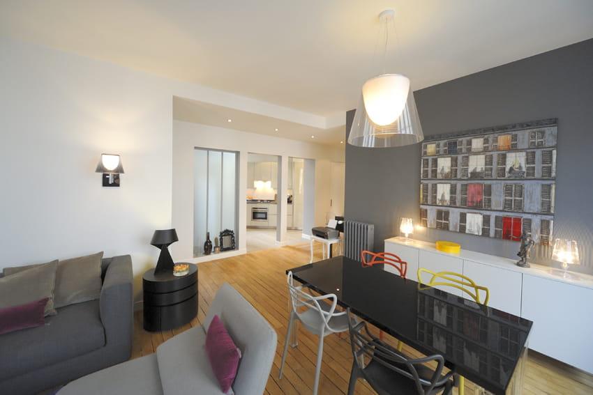 Une salle manger pur e un appartement parisien for Salle a manger epuree