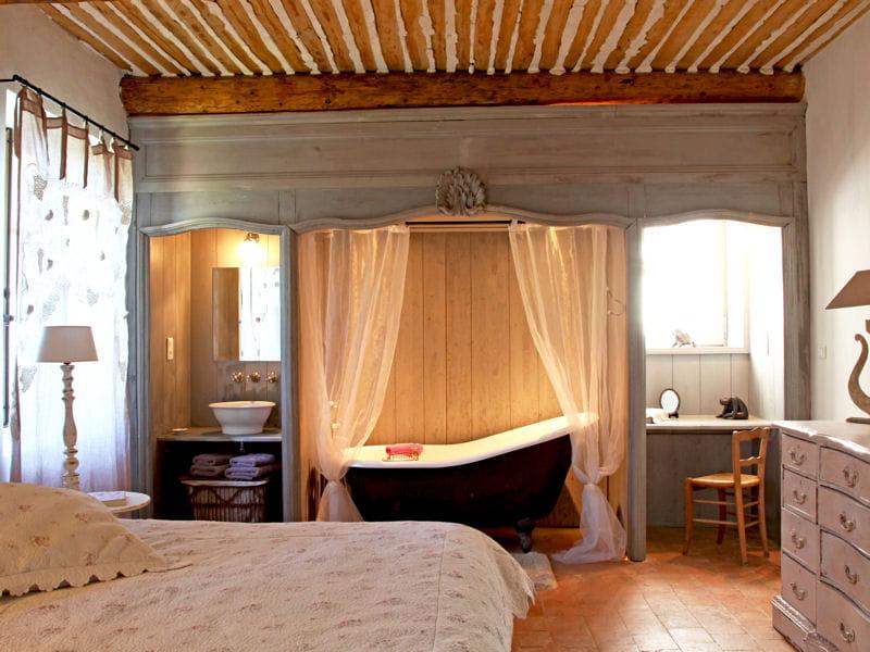 Une chambre romantique tendance la salle de bains for Chambre couple romantique
