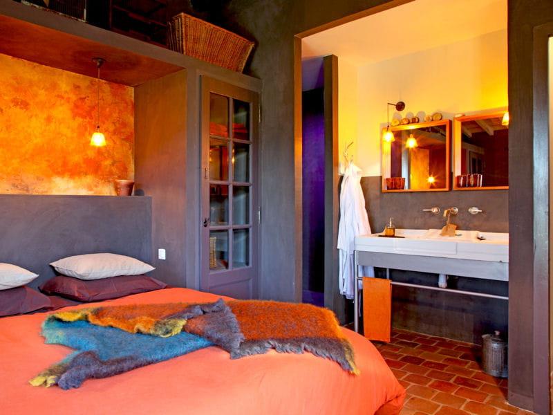 Une chambre la d coration chaleureuse comment faire une salle de bains ou - Comment faire une salle de cinema ...