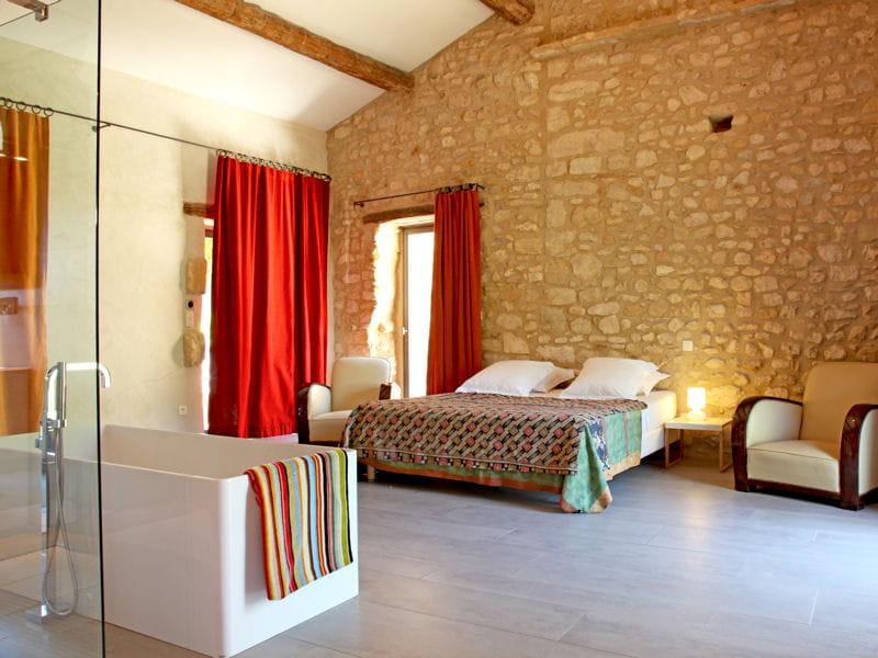 Une chambre au charme rustique mais raffin comment faire une salle de bain - Douche ouverte sur chambre ...