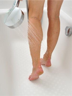 oui aux douches froides non aux bains chauds 10 trucs anti jambes lourdes journal des femmes. Black Bedroom Furniture Sets. Home Design Ideas
