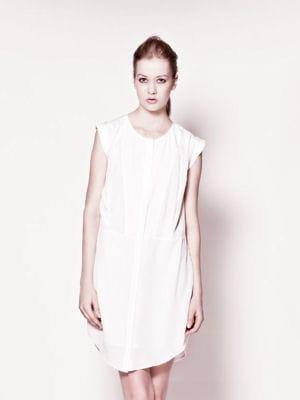 robe en soie de ikks pure edition la robe blanche nous branche journal des femmes. Black Bedroom Furniture Sets. Home Design Ideas