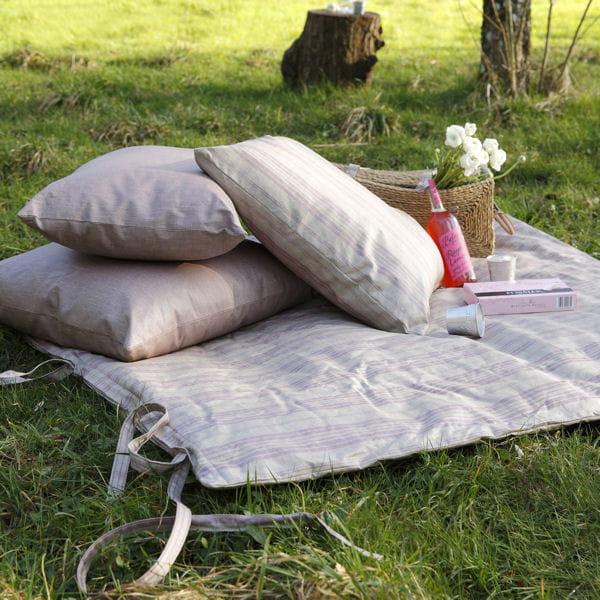 un tapis champ tre et po tique on d roule le tapis au jardin journal des femmes. Black Bedroom Furniture Sets. Home Design Ideas