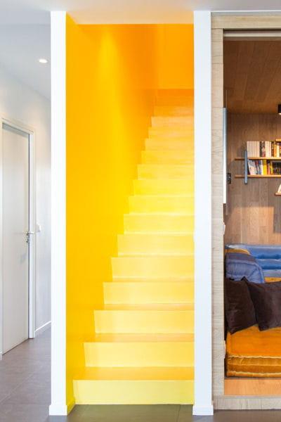 repeindre l 39 escalier dans une couleur vive 17 id es pour relooker ses escaliers journal des. Black Bedroom Furniture Sets. Home Design Ideas