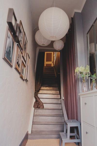 installer un rideau l 39 entr e de la mont e 17 id es pour relooker ses escaliers journal des. Black Bedroom Furniture Sets. Home Design Ideas