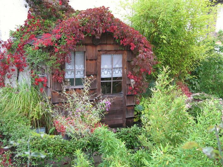 une cabane au dessus du garage ces cabanes au fond du jardin journal des femmes. Black Bedroom Furniture Sets. Home Design Ideas