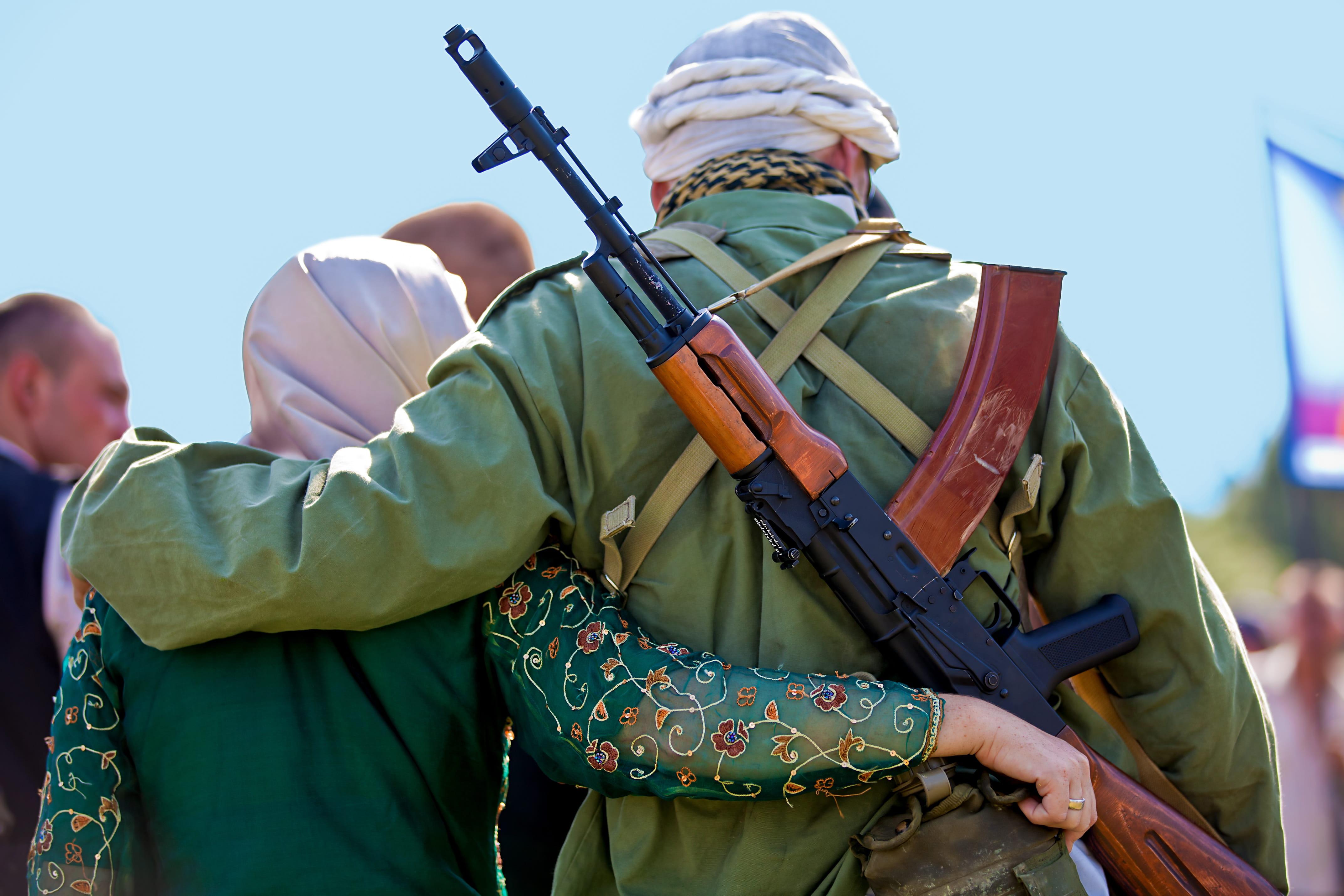 2253101-jeune-demoiselle-recherche-un-djihadiste-mortel.jpg