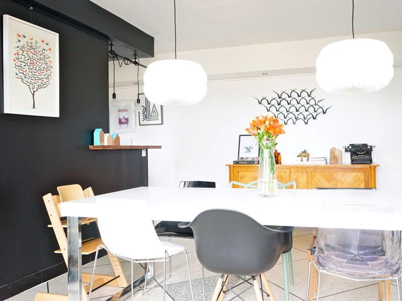 Une salle manger avec des chaises d pareill es un for Chaise transparente habitat