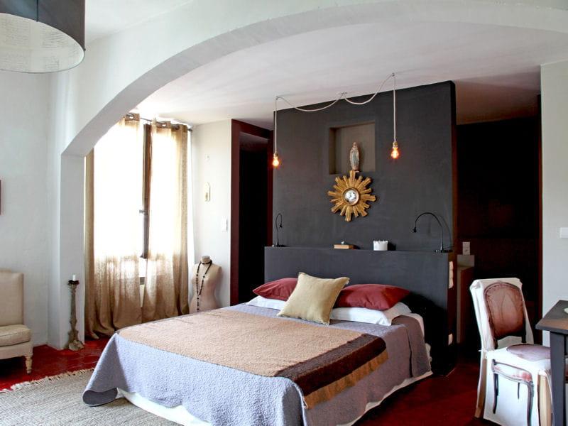 une cloison peinte en noire 50 id es pour refaire sa t te de lit journal des femmes d coration. Black Bedroom Furniture Sets. Home Design Ideas