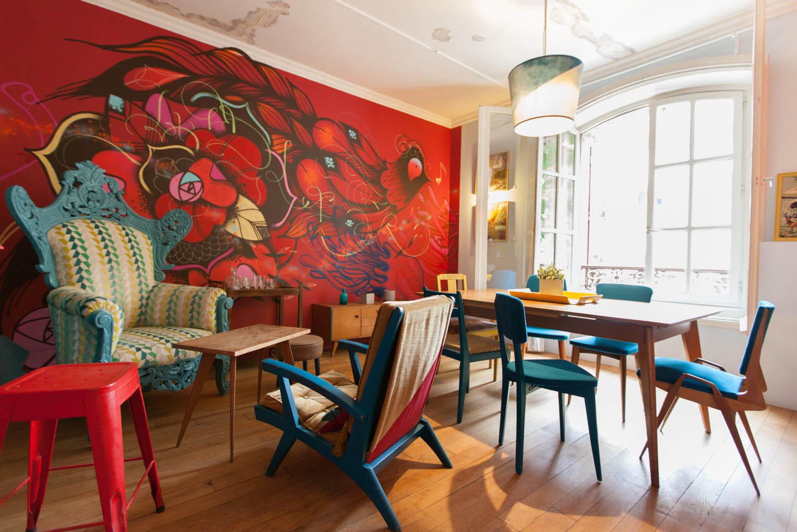 Une grande salle manger aux couleurs vives le pavillon for Grande salle a manger