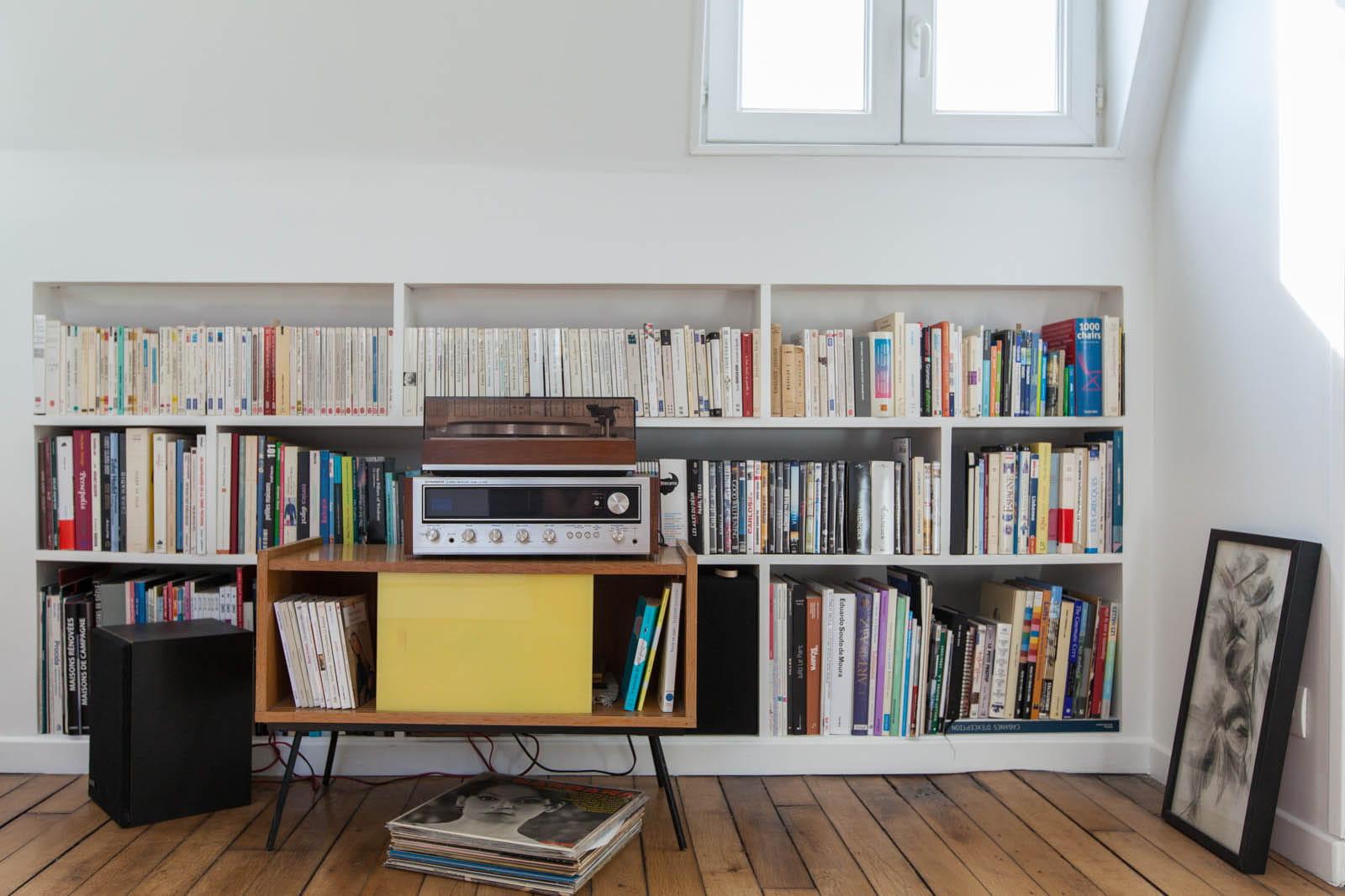 une biblioth que sur mesure petit espace un chouette nid sous les combles journal des femmes. Black Bedroom Furniture Sets. Home Design Ideas