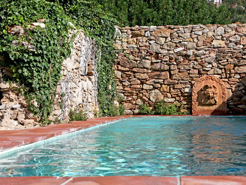 bassin de nage d co moderne dans une ancienne ferme. Black Bedroom Furniture Sets. Home Design Ideas