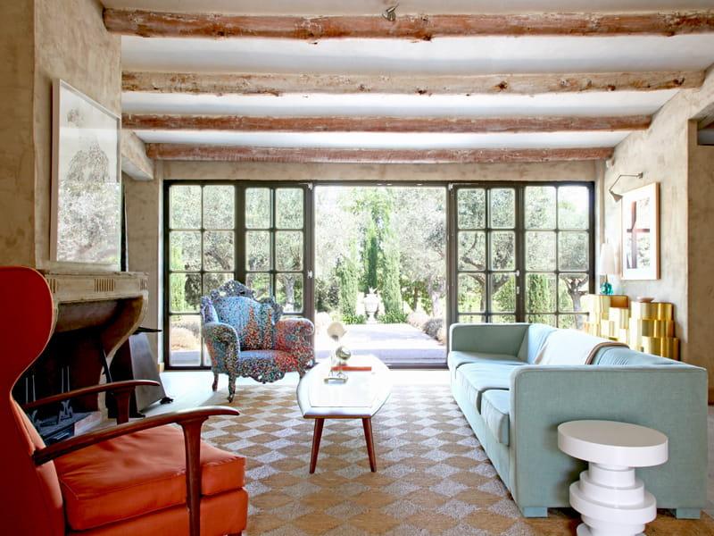 Un salon ouvert sur l 39 ext rieur une maison d 39 antiquaire for Salon ouvert