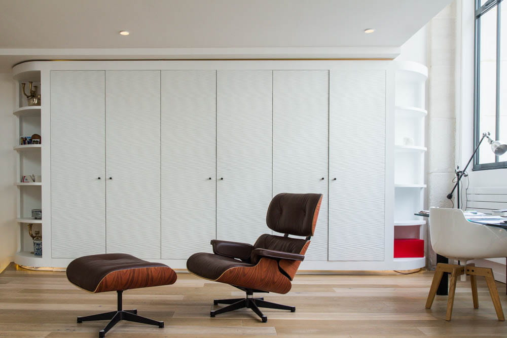 un grand placard blanc pour tout ranger un loft arty dans une ancienne fonderie journal des. Black Bedroom Furniture Sets. Home Design Ideas