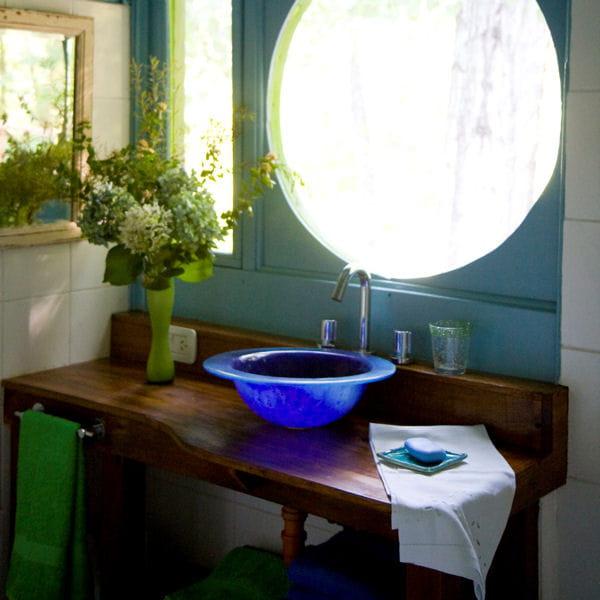 Une tag re en bois fonc 20 meubles sous vasque r cup - Etagere en bois salle de bain ...