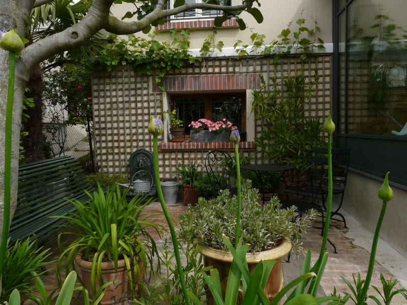 une petite terrasse intimiste visite d 39 un foisonnant jardin l 39 anglaise journal des femmes. Black Bedroom Furniture Sets. Home Design Ideas