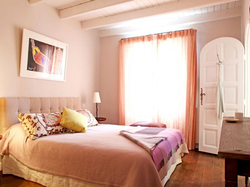 une chambre d 39 ami aux couleurs douces. Black Bedroom Furniture Sets. Home Design Ideas