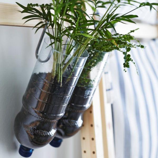 recycler les bouteilles en plastique 20 astuces d co piqu es ikea journal des femmes. Black Bedroom Furniture Sets. Home Design Ideas