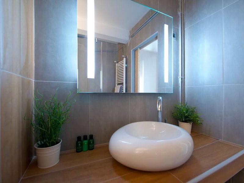 une salle de bains zen et chaleureuse. Black Bedroom Furniture Sets. Home Design Ideas