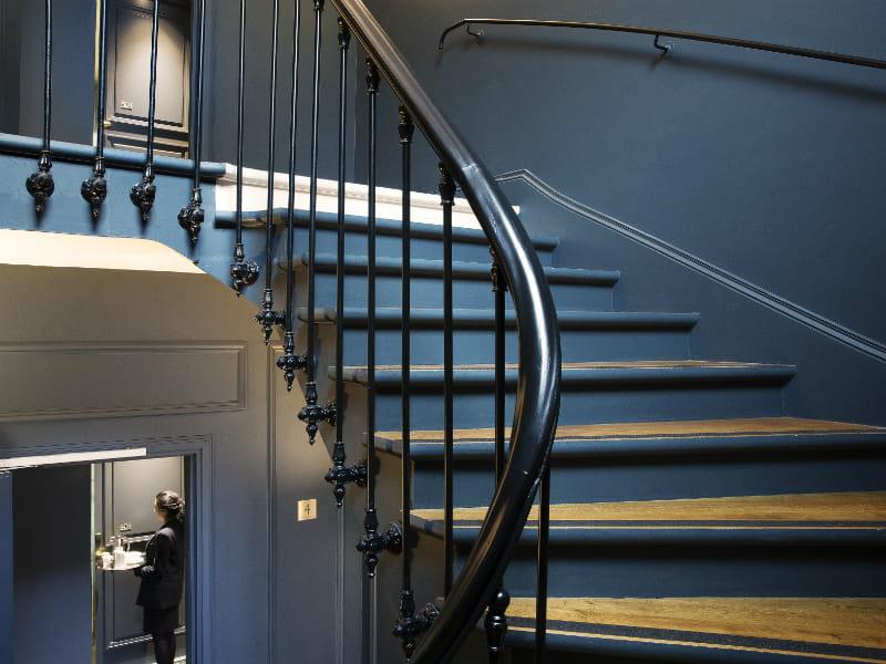 un escalier haussmannien pour acc der aux chambres un h tel aux allures de demeure. Black Bedroom Furniture Sets. Home Design Ideas