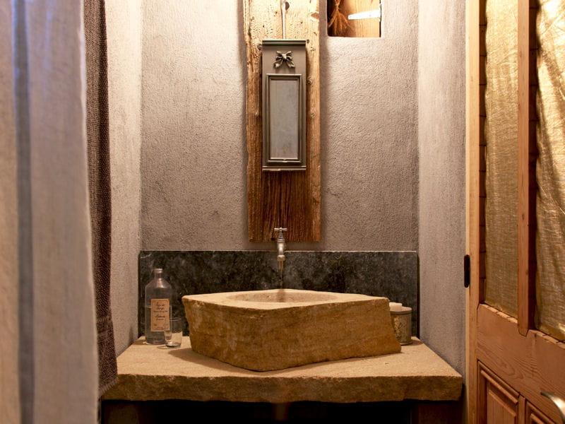 Un meuble vasque en pierre comment accessoiriser sa for Meuble vasque original