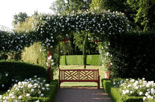le jardin blanc, autre nom de la roseraie, évoque à la perfection le calme et