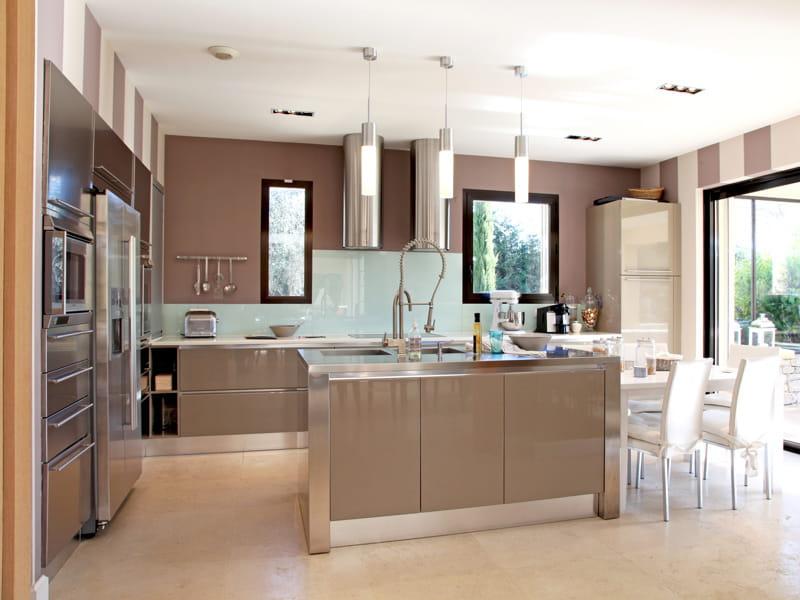 Une cuisine ouverte beige for Decoration interieur cuisine ouverte