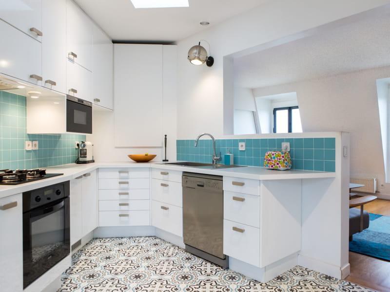 Une cuisine ouverte en blanc et turquoise 40 cuisines for Jolie cuisine ouverte
